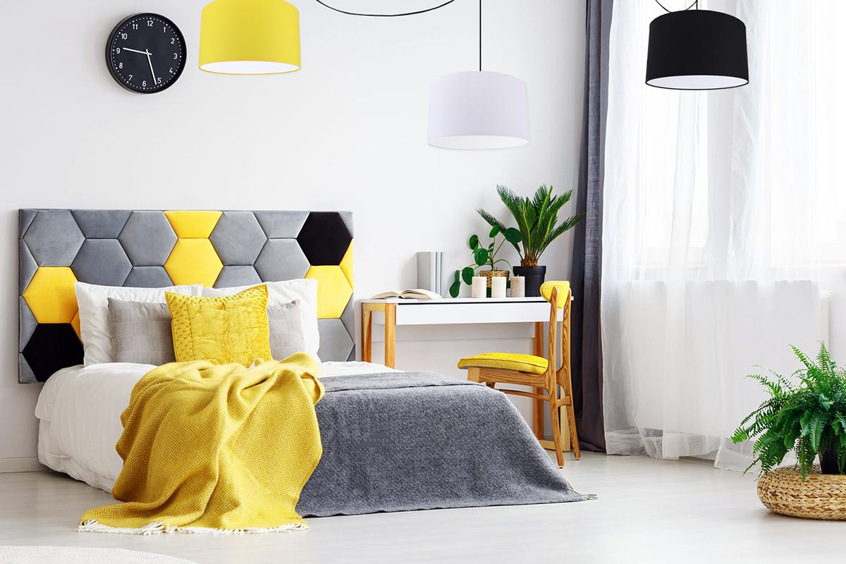 Nowoczesna szara sypialna z dodatkiem koloru żółtego