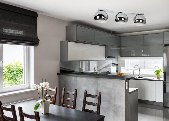 Nowoczesna kuchnia z lampą chromowaną plafon