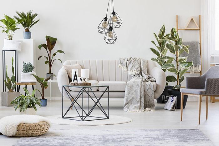 Salon w stylu skandynawskim czarna lampa wisząca nowoczesna