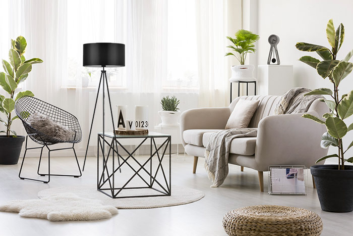 Lampa stojąca przy oknie nowoczesna aranżacja salonu