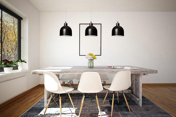 Czarne lampy wiszące nad stołem
