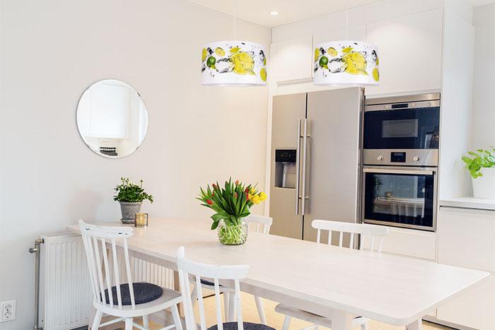 Lampa pojedyncza wisząca nad stołem w kuchni z abażurem z motywem cytrynowym
