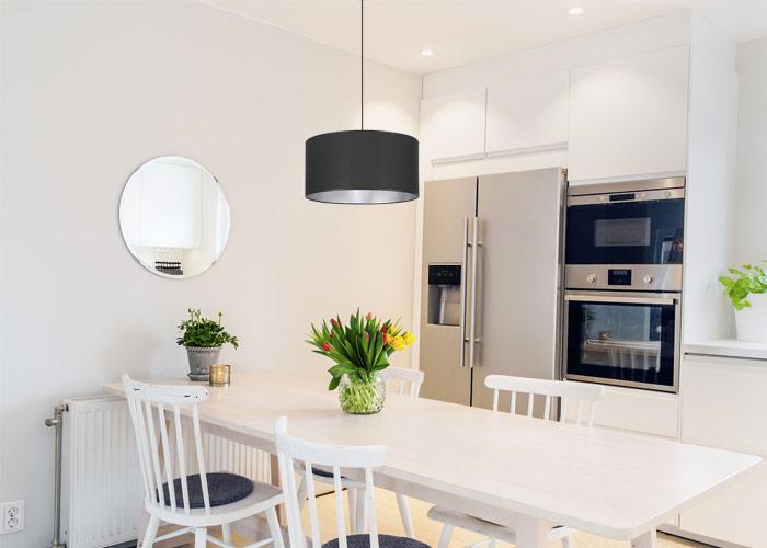 Lampa z abażurem w małej kuchni