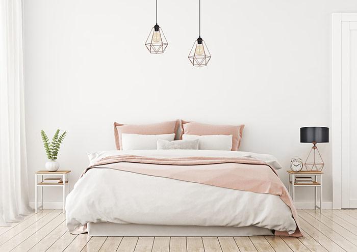 Lampy wiszące miedziane w sypialni