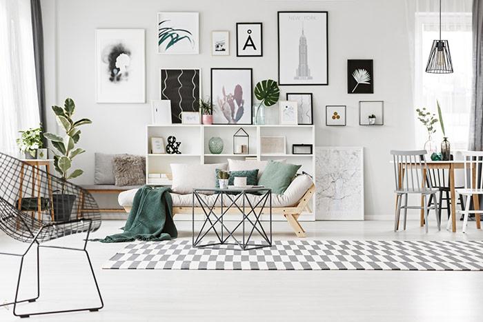 Wnętrze w stylu skandynawskim nowoczesna lampa wisząca czarna