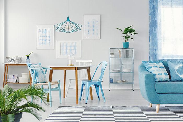 Niebieskie dodatki w aranżacji skandynawskiej lampa wisząca nowoczesna