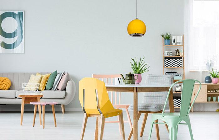 Skandynawskie kolorowe wnętrze świetnie przyozdabia żółta lampa wisząca pojedyncza w metalowej oprawie