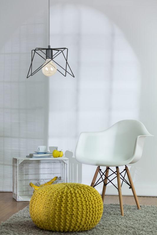 Pokój dzienny z lampą wiszącą industrialną
