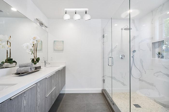Umeblowanie w łazience lampa sufitowa biała plafon